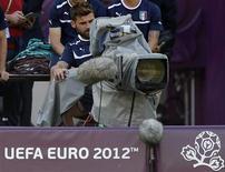 Reino Unido y Bélgica deberían poder asegurar la cobertura televisiva en abierto del Mundial y la Eurocopa ya que son acontecimientos considerados de importancia pública, dijo el miércoles la principal instancia judicial europea. En la imagen de archivo, el jugador italiano Nocerino, tras una cámara de televisión antes de la final de la Eurocopa 2012. REUTERS/Eddie Keogh