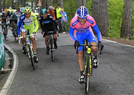 Lampre-ISD's Michele Scarponi (R) of Italy climbs during the 169 km 15th stage of the Giro d'Italia from Busto Arsizio to Pian de Resinelli May 20, 2012. REUTERS/Luca Bettini/Pool