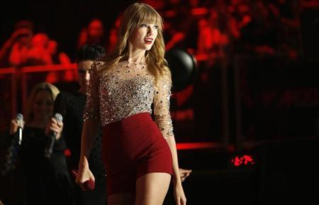 Singer Taylor Swift performs during the Z100 Jingle Ball at Madison Square Gardens in New York, December 7, 2012. REUTERS/Carlo Allegri