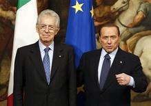 Mario Monti (a sinistra) e Silvio Berlusconi in una immagine di archivio. REUTERS/Stefano Rellandini