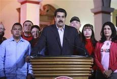 """El presidente venezolano, Hugo Chávez, afronta un """"complejo y duro"""" proceso posoperatorio de la cuarta operación a causa del cáncer contra el que lucha desde hace año y medio, por lo que su vicepresidente clamó el miércoles por la unidad nacional. Imagen del vicepresidente Nicolás Maduro (centro), flanqueado por miembros del gabinete, hace una intervención pública sobre la operación de Chávez en Caracas el 11 de diciembre. REUTERS/Handout/Palacio Miraflores"""