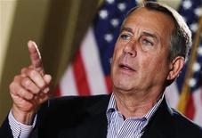 """O presidente da Câmara dos EUA, John Boehner, fala a jornalistas no exterior de seu gabinete no Congresso em Washington, EUA. Boehner disse nesta quarta-feira que ainda tem """"sérias diferenças"""" com o presidente Barack Obama sobre como resolver o abismo fiscal previsto para o final do ano. 7/12/2012 REUTERS/Yuri Gripas"""