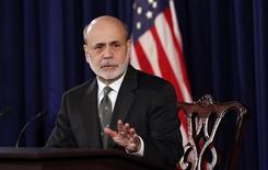 <p>Le président de la Fed Ben Bernanke. La Réserve fédérale a donné un coup d'accélérateur à son action de soutien à la croissance, exprimant sa déception vis-à-vis du rythme de reprise de l'emploi en un moment où de difficiles négociations budgétaires pèsent sur les perspectives économiques des Etats-Unis. /Photo prise le 12 décembre 2012/REUTERS/Kevin Lamarque</p>