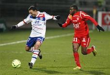 <p>Le Lyonnais Steed Malbranque (à gauche) poursuivi par Djamel Bakar de Nancy, sur la pelouse du stade Gerland, à Lyon. L'Olympique lyonnais n'a pas fait mieux que le match nul 1-1 contre la lanterne rouge de Ligue 1. /Photo prise le 12 décembre 2012/REUTERS/Emmanuel Foudrot</p>