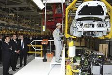 """<p>Le patron de Renault Carlos Ghosn (à gauche), aux côtés du roi Mohammed VI du Maroc en visite dans une usine du constructeur français à Melloussa. Le Premier ministre, Jean-Marc Ayrault, a vanté au Maroc la """"colocalisation"""" industrielle, partenariat """"gagnant-gagnant"""" permettant de générer de l'emploi en France et à l'étranger. /Photo prise le 9 février 2012/REUTERS/Maghreb Arabe Presse</p>"""