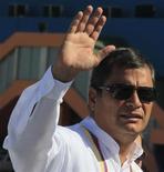 """Presidente do Equador, Rafael Correa, acena ao desembarcar em Havana, Cuba. O presidente da Venezuela, Hugo Chávez, está """"bem"""", apesar de ter passado por uma cirurgia complexa contra um câncer, disse Correa, nesta quarta-feira. 10/12/2012 REUTERS/Enrique De La Osa"""