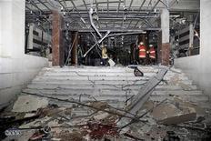 Interior do portão principal do Ministério do Interior sírio, em Damasco, é visto após um carro-bomba e outros dois explosivos o atingirem nesta quarta-feira. 12/12/2012 REUTERS/Sana
