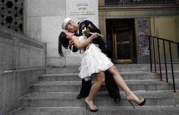 U.S. Navy Petty Officer 3rd Class EO3 John Chen, 23, from Lakehurst, New Jersey, kisses his new bride Victoria Chan, 25, from Manhattan, after they were married in a civil ceremony at New York City's Office of the City Clerk, December 12, 2012. REUTERS/Mike Segar