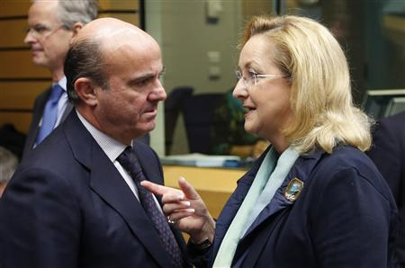 Spain's Economy Minister Luis de Guindos listens to Austria's Finance Minister Maria Fekter (R) during an European Union finance ministers meeting in Brussels December 12, 2012. REUTERS/Francois Lenoir