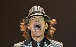 Mick Jagger, lors d'un concert des Rolling Stones à Londres, en novembre dernier. Une série de lettres d'amour écrites en 1969 par le chanteur britannique à la chanteuse américaine Marsha Hunt ont été adjugées mercredi chez Sotheby's à Londres pour plus de 230.000 euros. /Photo prise le 25 novembre 2012/REUTERS/Toby Melville