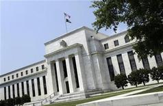 Вид на здание ФРС США в Вашингтоне 19 июня 2012 года. Федеральная резервная система США объявила о новом раунде монетарных стимулов, предприняв беспрецедентный шаг - центробанк намерен держать процентные ставки у нуля до тех пор, пока безработица не упадет хотя бы до 6,5 процента. REUTERS/Yuri Gripas