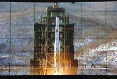 Corea del Norte sacudió al mundo el miércoles al poner en órbita un satélite utilizando el tipo de tecnología que parece demostrar que puede desarrollar un misil capaz de alcanzar Estados Unidos. En la imagen, una pantalla muestra el lanzamiento de un cohete desde el centro de control de satélites de Corea del Norte en el condado de Cholsan, en la provincia de Pyongan Norte, en esta foto difundida por la agencia Kyodo, el 12 de diciembre de 2012. REUTERS/Kyodo