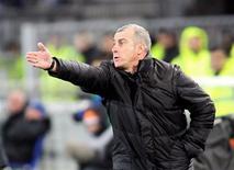 <p>L'entraîneur de Toulouse, Alain Casanova. Le TFC, qui n'en finit plus de descendre au classement de la Ligue 1, s'entraînera à huis clos jusqu'à la trêve hivernale. /Photo d'archives/REUTERS/Pascal Parrot</p>