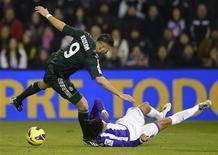 El delantero francés Karim Benzema se vio obligado a pedir el cambio en la primera parte del encuentro de Copa del Rey que enfrentó a Real Madrid y Celta de Vigo el miércoles, aparentemente por un problema en el tobillo. En la imagen, de 8 de diciembre, Karim Benzema pelea un balón en el partido de Liga contra el Valladolid en el estadio José Zorrilla. REUTERS/Ricardo Ordonez
