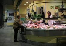 El índice de precios al consumo (IPC) de España bajó seis décimas en noviembre gracias a los precios de los carburantes para llevar la inflación a niveles del pasado agosto, según datos divulgados el jueves por el Instituto Nacional de Estadística (INE). En la imagen, un puesto de un mercado en Sevilla, el 5 de diciembre de 2012. REUTERS/Marcelo del Pozo