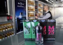 Las ventas de un perfume con aromas cítricos comercializado en Gaza se han disparado desde que fuera nombrado en honor a los cohetes que los palestinos lanzaron contra Israel durante la guerra del pasado mes, dijo el fabricante. En la imagen, de 12 de diciembre, un vendedor muestra los frascos de perfume llamados M75 en su tienda de Gaza. REUTERS/Ahmed Zakot