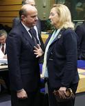 Los ministros de Finanzas de la Unión Europea acordaron el jueves que el Banco Central Europeo supervisará a los bancos de la zona euro, una medida diseñada para respaldar a la moneda única del bloque y su sistema financiero. En la imagen, el ministro español de Finanzas, Luis de Guindos, habla con la ministra austriaca de Finanzas, Maria Fekter durante una reunión de ministros de Finanzas en Bruselas, el 12 de diciembre de 2012. REUTERS/François Lenoir