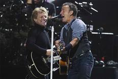 Bruce Springsteen, Jon Bon Jovi y los Rolling Stones se unieron el miércoles a actores y cómicos en un concierto benéfico en favor de las víctimas de la supertormenta Sandy, que devastó hace seis semanas una veintena de comunidades a lo largo del litoral de la zona noreste de Estados Unidos. En la imagen, de 12 de diciembre, los cantantes Bon Jovi y Bruce Springsteen durante el concierto benéfico para las víctimas de Sandy. REUTERS/Lucas Jackson
