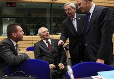 Europa logró un acuerdo el jueves para dar al Banco Central Europeo nuevos poderes para supervisar a los bancos de la zona euro a partir de 2014, embarcándose en el primer paso en una nueva fase de mayor integración para ayudar a apuntalar al euro. En la imagen (I-D), el ministro griego de Finanzas Yannis Stournaras, el ministro alemán de Finanzas Wolfgang Schaeuble, el primer ministro de Luxemburgo y presidente del Eurogrupo Jean-Claude Juncker y el ministro francés de Finanzas, Pierre Moscovici, durante una reunión del Eurogrupo en Bruselas, el 13 de diciembre de 2012. REUTERS/Yves Herman