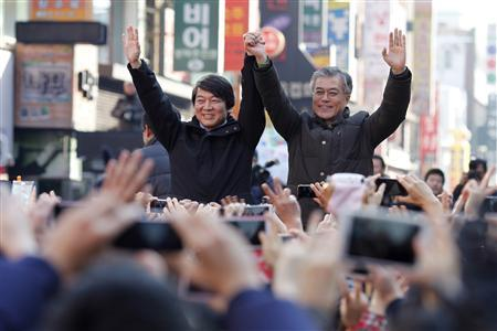 South Korea's presidential candidate Moon Jae-in (R) of the main opposition Democratic United Party attends his campaign rally with former independent presidential candidate Ahn Cheol-soo in Daejeon December 13, 2012. The country's presidential election will be held on December 19. REUTERS/Woohae Cho