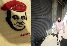 La policía española ha localizado en el país 28 millones de euros en productos financieros y propiedades inmobiliarias del derrocado ex presidente de Egipto Hosni Mubarak, informó el jueves el Ministerio del Interior. En la imagen, un ciudadano egipcio pasa junto a un graffiti de Mubarak en El Cairo el 2 de agosto de 2011. REUTERS/Amr Abdallah Dalsh