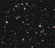 """Un equipo de astrónomos ha hallado gracias al telescopio espacial Hubble siete galaxias que se formaron relativamente poco después del nacimiento del universo, hace unos 13.700 millones de años, dijeron científicos, que describieron el hallazgo como """"imágenes infantiles del universo"""". En la imagen, una imagen del Hubble de la vista más profunda del universo, el Campo Profundo Extremo, uqe muestra una zona pequeña de la constelación Fornax usando datos del Hubble que datan de 2003 y 2004. REUTERS/NASA, ESA, G. Illingworth, D. Magee, and P. Oesch (University of California, Santa Cruz), R. Bouwens (Leiden University), and the HUDF09 Team/Handout"""