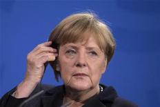 Chanceler alemã, Angela Merkel, vai à coletiva de imprensa após conversar com presidente do Quirguistão, Almazbek Atambayev, na Chancelaria de Berlim. Merkel comemorou um acordo alcançado por ministros das Finanças da União Europeia para dar ao Banco Central Europeu (BCE) novos poderes para supervisionar bancos da zona do euro. 11/12/2012 REUTERS/Thomas Peter