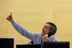 A trader gestures during a Spanish bond auction in Madrid December 13, 2012. Spain sold 2 billion euros of bonds on Thursday, hitting its target for the auction with borrowing costs falling on two medium-term issues but rising for a rare long bond. REUTERS/Sergio Perez