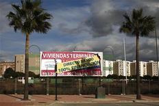 """El ministerio de Economía español confirmó el jueves que todos los grandes bancos nacionales privados menos BBVA participarán como inversores en el """"banco malo"""", que contará inicialmente con unos recursos propios de unos 3.800 millones de euros. En la imagen, un cartel anuncia pisos a la venta en Estepona, Málaga, el 30 de noviembre de 2012. REUTERS/Jon Nazca"""