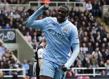 El centrocampista del Manchester City Yaya Touré quiere seguir en el club inglés el resto de su carrera. En la imagen, de 6 de mayo, Yaya Touré celebra un gol que le endosó al Newcastle United. REUTERS/David Moir