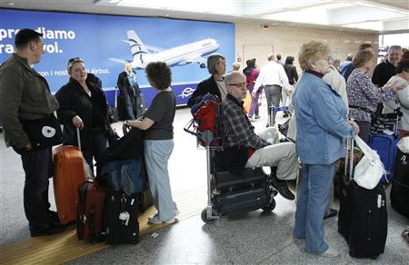 Passengers are lined up at Fiumicino International airport in Rome April 17, 2010. REUTERS/Max Rossi