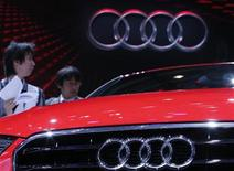 Visitantes olham Audi A3 em dia de visita da mídia ao Salão de Paris. A fabricante de carros de luxo alemã Audi deve definir no próximo ano se voltará a produzir no Brasil, em meio ao impacto do novo regime automotivo Inovar-Auto, que estabeleceu cotas de importação sem elevação de impostos para montadoras que não possuam fábricas no país. 27/09/2012 REUTERS/Christian Hartmann