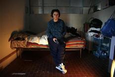 A desempregada Mariangela Schiena, 31, da Itália, sentada no prédio onde mora com seu namorado, em Roma. Ela e seu namorado, Henok Mulugeta, de 28 anos, perderam há seis meses seus empregos em lojas, devido à crise econômica no país, e então ela decidiu que só havia uma alternativa: se mudar para um imóvel ocupado ilegalmente. 08/12/2012 REUTERS/Tony Gentile
