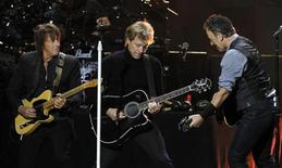 "Richie Sambora (E), Jon Bon Jovi e Bruce Springsteen (D) em performance no show beneficente ""12-12-12"" para as vítimas da supertempestade Sandy, no Madison Square Garden, em Nova York. 12/12/2012 REUTERS/Lucas Jackson"