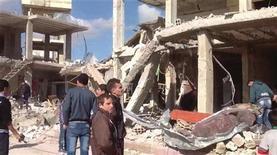 Rusia admitió el jueves que los insurgentes sirios están logrando avances y que podrían ganar el conflicto, en la afirmación más descarnada de Moscú sobre el difícil panorama que afronta su aliado, el presidente Bashar el Asad. Los rebeldes en franco avance ahora tienen bajo su dominio casi un arco completo de territorio desde el este hacia el sudeste de Damasco, pese a los feroces bombardeos lanzados para hacerlos retroceder. El estallido de un coche bomba provocó la muerte el jueves de al menos 16 hombres, mujeres y niños en Qatana, un pueblo alrededor de 25 kilómetros al suroeste de Damasco donde viven muchos soldados, dijeron activistas y medios estatales. En la imagen, la ozna dañada por la explosión de la bomba, el 13 de diciembre de 2012. REUTERS/Sana