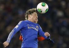 El delantero español Fernando Torres extendió el jueves su buen momento en el Chelsea en el triunfo 3-1 de su equipo sobre el Monterrey de México, que le permitió al equipo inglés llegar a la final del Mundial de Clubes que se disputa en Japón. En la imagen, Torres lucha por un balón durante el partido en Yokohama, el 13 de diciembre de 2012. REUTERS/Toru Hanai