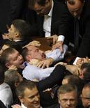 Депутаты парламента Украины ведут спор о регламенте на первом заседании в Киеве 12 декабря 2012 года. REUTERS/Anatolii Stepanov