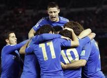 Juan Mata, do Chelsea, comemora com colegas depois de marcar gol contra o time mexicano Monterrey, durante semifinal do Mundial de Clubes em Yokohama, sul de Tóquio. 13/12/2012 REUTERS/Yuya Shino
