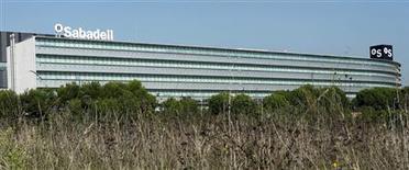 El Gobierno español se hará con una participación superior al 50 por ciento en Banco Mare Nostrum (BMN) dentro del proceso de saneamiento del sector bancario, dijo un portavoz de BMN el jueves. En la imagen, los logos de Banco Sabadell en la sede de la compañía en Sant Cugat, cerca de Barcelona, el 15 de noviembre de 2012. REUTERS/Albert Gea