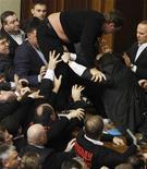 El partido gobernante del presidente ucraniano Viktor Yanukovich consiguió que uno de los suyos fuera elegido presidente del Parlamento el jueves pese a las peleas físicas desatadas por los intentos de la oposición de bloquear la votación. En la imagen, unos parlamentarios ucranianos se pelean en el parlamento de Kiev, el 12 de diciembre de 2012. REUTERS/Anatolii Stepanov