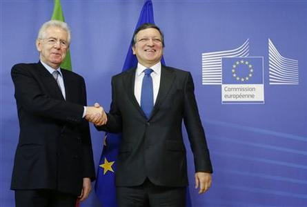 European Commission President President Jose Manuel Barroso poses with Italy's Prime Minister Mario Monti (L) ahead of a European Union leaders summit in Brussels December 13, 2012. REUTERS/Francois Lenoir