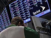 <p>Imagen de archivo de un operador frente a una pantalla en el puesto de Sprint Nextel en el parqué de Wall Street en Nueva York, oct 15 2012. Sprint Nextel Corp está ofreciendo 2.100 millones de dólares para comprar una participación adicional en el proveedor de servicios de internet inalámbrica Clearwire y asumir por completo el control de la compañía. REUTERS/Brendan McDermid</p>