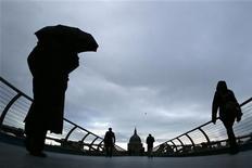 """Standard & Poor's bajó el jueves la perspetiva de la calificación crediticia de Reino Unido a """"negativo"""" desde """"estable"""", aunque mantuvo la nota en """"AAA"""", el máximo nivel del grado de inversión. En la imagen, varias personas cruzan el puente del Milenium en Londres, el 27 de noviembre de 2012. REUTERS/Stefan Wermuth"""