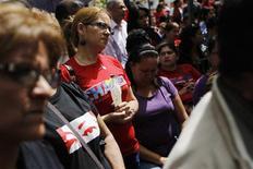 El presidente venezolano Hugo Chávez se encuentra en proceso de recuperación tras complicaciones surgidas durante la cirugía a la que fue sometido el martes para combatir el cáncer que padece desde el año pasado, dijo el jueves el ministro de Comunicación, Ernesto Villegas. En la imagen, partidarios de Chávez rezan por su salud en Caracas, el 13 de diciembre de 2012. REUTERS/Carlos García Rawlins
