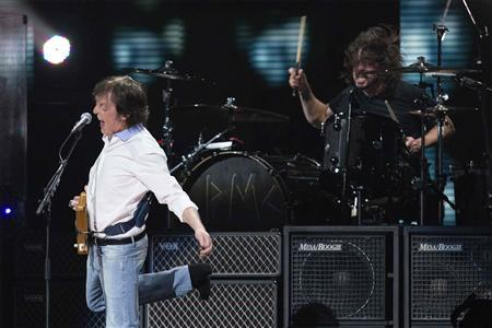 Paul McCartney (L) performs with Dave Grohl during the ''12-12-12'' benefit concert for victims of Superstorm Sandy at Madison Square Garden in New York, December 13, 2012. REUTERS/Lucas Jackson