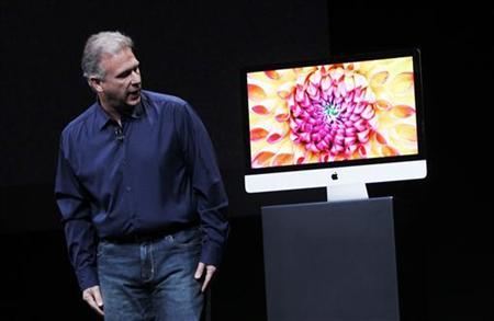 Apple senior vice president of worldwide marketing Philip Schiller displays a new model of the iMac desktop computer during an Apple event in San Jose, California October 23, 2012. REUTERS/Robert Galbraith/Files
