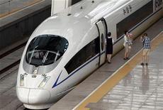 Passageira tira foto em frente a um trem bala estacionado na estação sul de Pequim, na China, em agosto do ano passado. 12/08/2011 REUTERS/Jason Lee