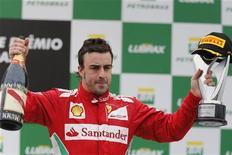Piloto de Fórmula 1, Fernando Alonso, recebe prêmio após GP do Brasil, em novembro. Os dirigentes das equipes da Fórmula 1 elegeram Alonso, da Ferrari, como o melhor piloto do ano, apesar de Sebastian Vettel, da Red Bull, ter se tornado aos 25 anos o mais jovem tricampeão da história da categoria. 25/11/2012 REUTERS/Paulo Whitaker