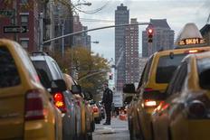 Héler un taxi de la main sous la pluie ou pestant contre le malotru ayant brûlé la politesse risque d'appartenir prochainement au passé à New York. La commission des transports de la ville a autorisé jeudi le recours au smartphone pour rechercher les services d'un chauffeur de taxi, chose interdite jusqu'alors. /Photo prise le 2 novembre 2012/REUTERS/Adrees Latif