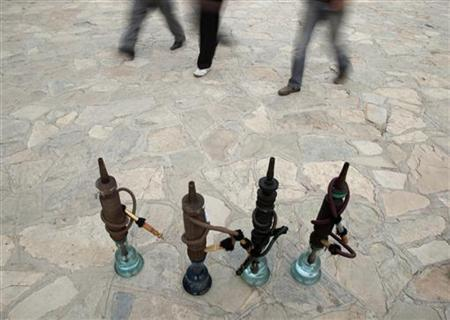 Iranian-Kurds walks past hookahs at a recreational area in Marivan in Kurdistan province, 512 km (318 miles) west of Tehran, May 12, 2011. REUTERS/Morteza Nikoubazl/Files